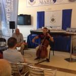 Roberto Soldatini, il violoncellista sul Mediterraneo, sbarca a Crotone col suo Stradivari