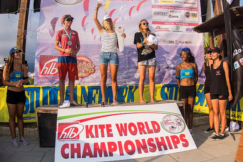 IL podio assoluto femminile. Da sx, Stepah Bridge, Elena Kalinina e Anastasia Akopova - Copia