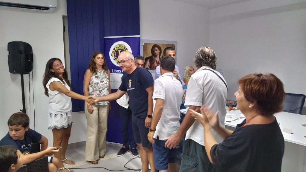 il-presidente-del-centro-velico-lampetia-cristina-leporini-si-congratula-con-massimo-senatore-il-vincitore-del-trofeo
