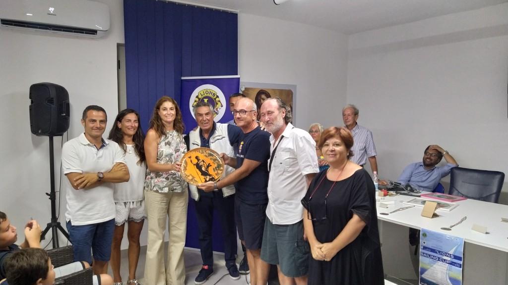 il-presidente-della-lega-navale-cetraro-michele-vattimo-durante-la-consegna-del-trofeo-al-vincotore