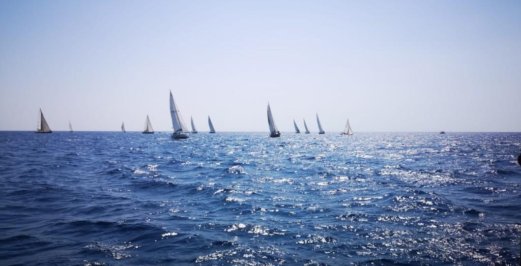 le-imbarcazioni-in-regata-durante-il-primo-lato-di-bolina