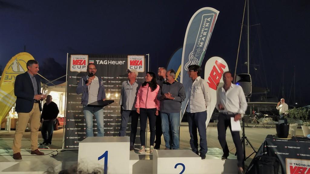L'armatore Romano De Paola e l'equipaggio di Essenza durante un momemnto della premiazione