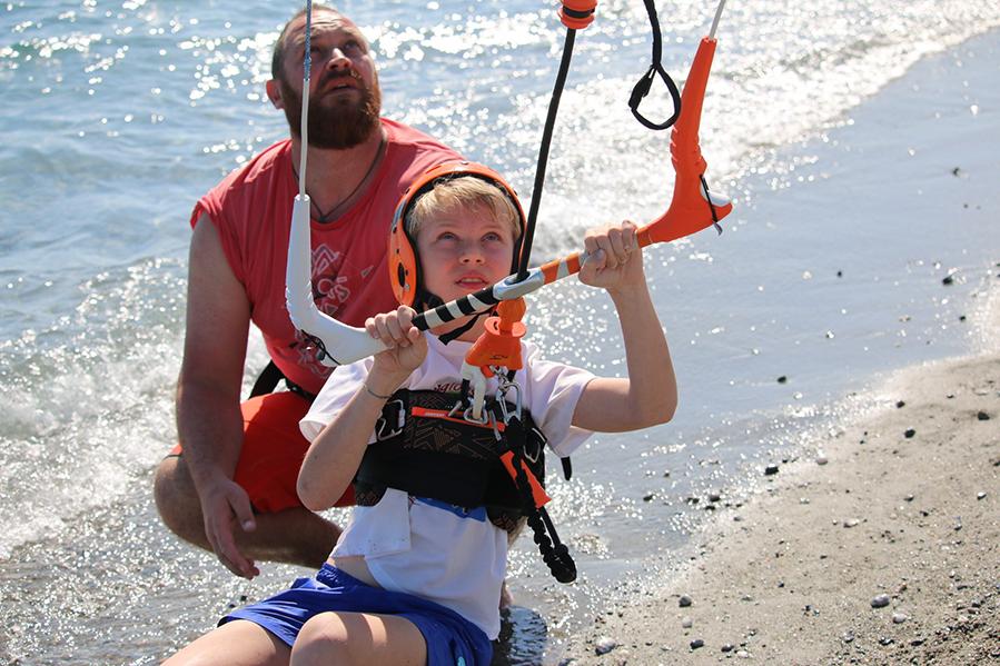 kitesurfer-in-erba-un-giovanissimo-velista-durante-una-delle-sue-prime-lezioni-in-spiaggia