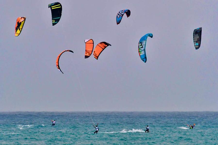 kitesurfer-durante-le-manovre-in-acqua