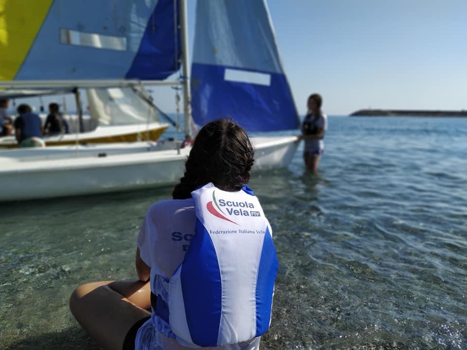si-parte-ultimi-preparativi-prima-di-salire-a-bordo-e-iniziare-ladrenalinica-lezione-pratica-a-bordo-della-barca-scuola