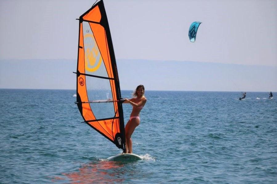 windsurf-il-vento-nelle-mani-e-una-delle-discipline-veliche-che-possono-essere-praticate-nelle-scuole-vela