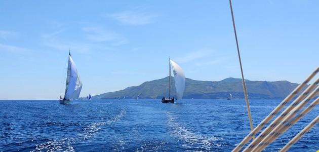 vento-in-poppa-per-le-imbarcazioni-che-dalla-boa-di-disimpegno-issano-lo-spinnaker-e-iniziano-la-navigazione-intorno-allisola-di-sailna